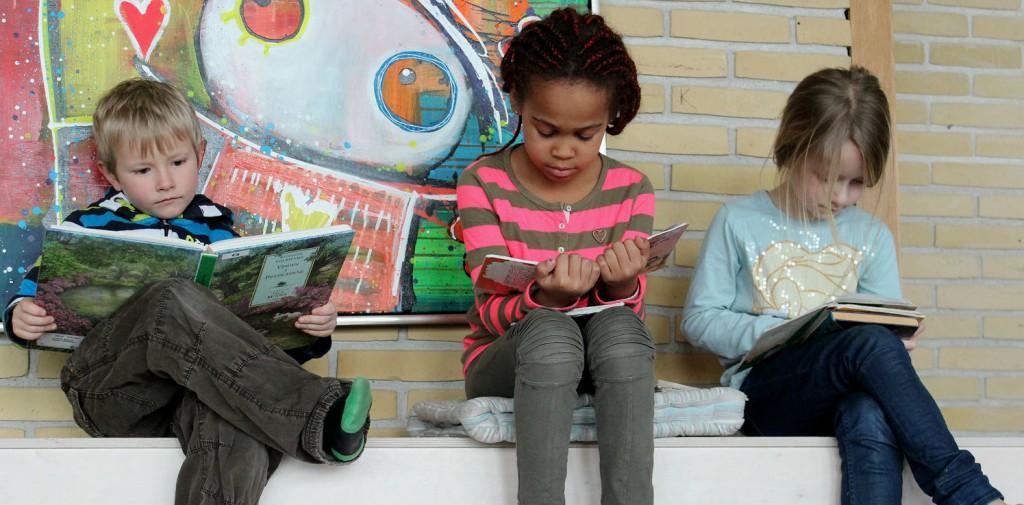 Mange elever holder af at komme på læringscenteret. Her er Katrine, Laura R. og Viktor L fra 1.c fordybet i bøgernes verden.
